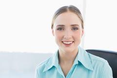 Flott le affärskvinna som ser kameran arkivbild