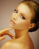 Flott modemodell Painted Gold Satängliknande bronzfärgad hud Royaltyfria Foton