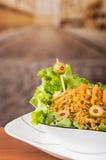 Flott presentationssallad, ris och oliv i konstnärlig vit platta med abstrakt bakgrund Royaltyfri Foto