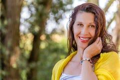 Flott södra - den amerikanska kvinnan i ett grönt parkerar royaltyfri foto
