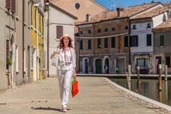 Flott turist i europeisk lagunstad arkivbilder