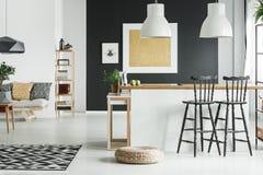 Flott vardagsrum med kök arkivfoton