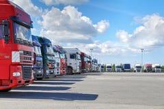 Flotta av lastbilar med släpet i borggård av logistikkomplexet royaltyfria foton
