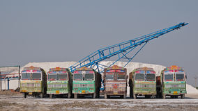 Flotta di camion all'salina gujarati Immagini Stock