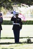 Flotta som spelar klapp på minnesgudstjänst för den stupade USA-soldaten, PFC Zach Suarez, hederbeskickning på huvudväg 23, drev  Arkivbild