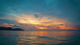 Flottant sur l'océan du ` s de lipe de KOH, avec la soirée de coucher du soleil d'orange et de sarcelle d'hiver banque de vidéos