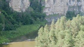 Flottar för en grupp människor längs floden stock video
