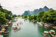 Flottar som kryssar omkring längs den Yulong floden i Guilin, Kina arkivbild