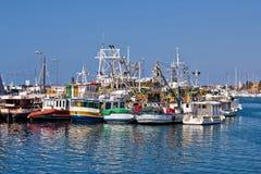 Flotte de bateaux de pêche dans le port Photos libres de droits