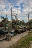 Flotte de bateaux shrimping accouplés le long d'une rivière en Floride photo stock