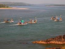 Flotte de pêche artisanale renvoyant au port après des day's pêchant, dans Goa, l'Inde photographie stock libre de droits