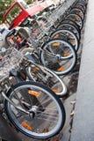 Flotte de touristes de bus et de bicyclette de ville de deux-ponts Images libres de droits