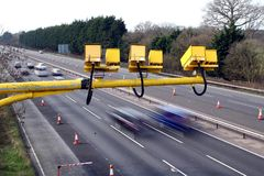 Flotte, Hampshire, R-U - 11 mars 2017 : Appareils-photo de vitesse moyenne en fonction sur l'autoroute M3 avec la tache floue de  Photo stock