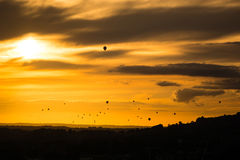 Flotte Heißluft steigt vor Sonnenuntergang über Bad im Ballon auf Stockfoto