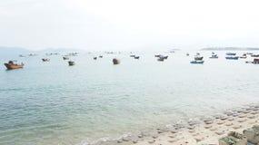 Flotte sampans vor Küste von Nha Trang, Vietnam Lizenzfreies Stockbild
