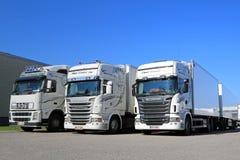 Flotte weiße Scania- und Volvo-LKWs auf einem Yard Stockfoto