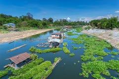 Flottehus och grön eco som svävar lantgårdar i en flod royaltyfri foto