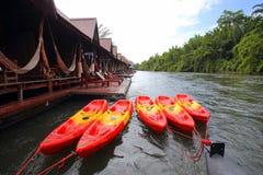Flottehus på floden Kwai i Kanchanaburi Arkivbilder
