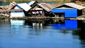 Flottement à la maison dans le fleuve de Kwai de la Thaïlande Photographie stock