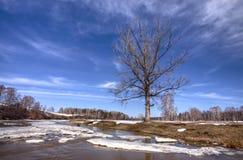 Flottement de la glace au fleuve de Belaya images stock
