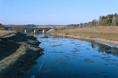 Flottement de la glace sur la rivière au printemps Photo libre de droits
