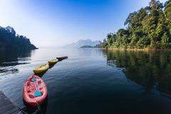 Flottement du canoë ou du kayak rouge et jaune dans le barrage Image libre de droits