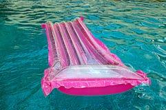 Flotteur à la dérive dans la piscine Images libres de droits