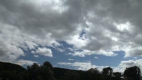 Flotteur blanc de nuages sur le ciel bleu Mouvement rapide banque de vidéos