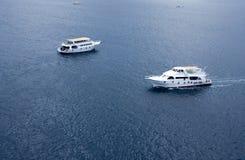 Flotteur blanc de yachts dans la haute Photo stock