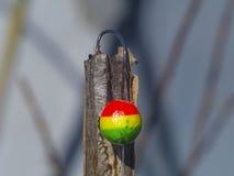 Flotteur coloré avec un crochet pour la pêche Photographie stock libre de droits