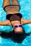 Flotteur dans la piscine photo libre de droits