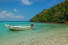 Flotteur de canot automobile sur la mer de turquoise images libres de droits