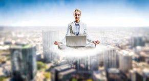Flotteur de femme au-dessus de ville Image libre de droits