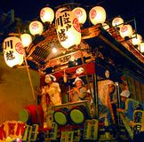 Flotteur de festival avec des musiciens la nuit Photos stock