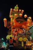 Flotteur de festival avec des musiciens la nuit Image stock