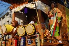Flotteur de festival avec les musiciens et le chiffre déguisé Photos libres de droits