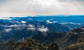 Flotteur de nuages au-dessus des montagnes Images libres de droits