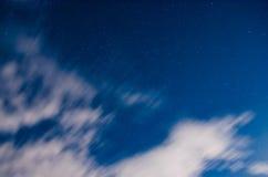 Flotteur de nuages dans le ciel nocturne sous le clair de lune Images stock