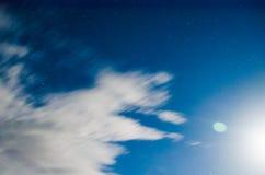 Flotteur de nuages dans le ciel nocturne sous le clair de lune Photos libres de droits