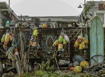 Flotteur de pêche coloré accrochant en dehors de la maison photos stock
