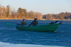 Flotteur de touristes par la glace Photographie stock