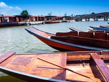 Flotteur en bois de bateau dans le lac photographie stock libre de droits