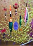 Flotteur et amorces sur un fond de filet de pêche Photo libre de droits