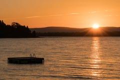 Flotteur et lac de natation au Vermont au coucher du soleil image libre de droits