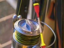 Flotteur et le plan rapproché de canne à pêche Images libres de droits