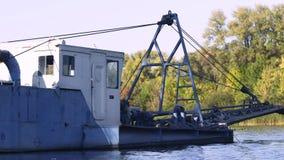 Flotteur industriel de péniche sur la rivière dans le mouvement lent Récipient industriel Cargaison de l'eau clips vidéos