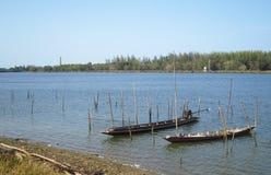 Flotteur jumeau de bateaux sur la rivière Photographie stock libre de droits