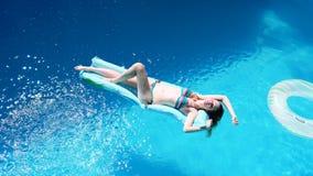 Flotteur millénaire de fille à la piscine, festival, hôtel, plage, événement souriant avec des lunettes de soleil dessus pendant  banque de vidéos