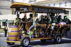 Flotteur mobile de barre au défilé du jour de St Patrick Photographie stock libre de droits