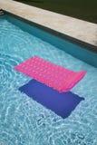 Flotteur rose dans la piscine. photos libres de droits
